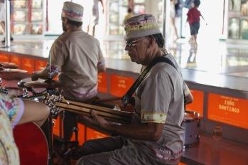 Espetáculo Minha Pequena África. Toinho Japa - Contrabaixo. Foto: Rafaella Ribeiro