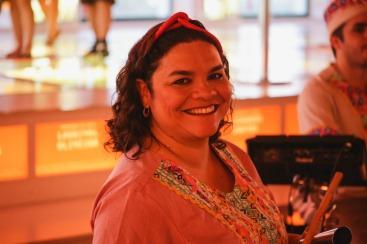 Espetáculo Minha Pequena África. Viviane Oliveira - percussão. Foto: Rafaella Ribeiro